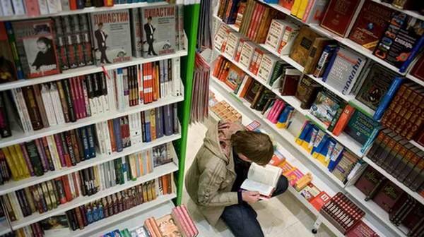 prodavets-knizhnogo-magazina-trahnul-za-vorovstvo