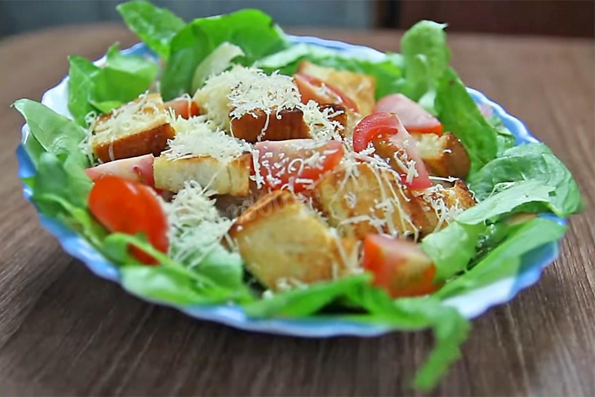 Порция салата цезарь в ресторане