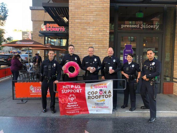 Почему полицейские в западных фильмах постоянно едят пончики? У стереотипа есть логичное объяснение